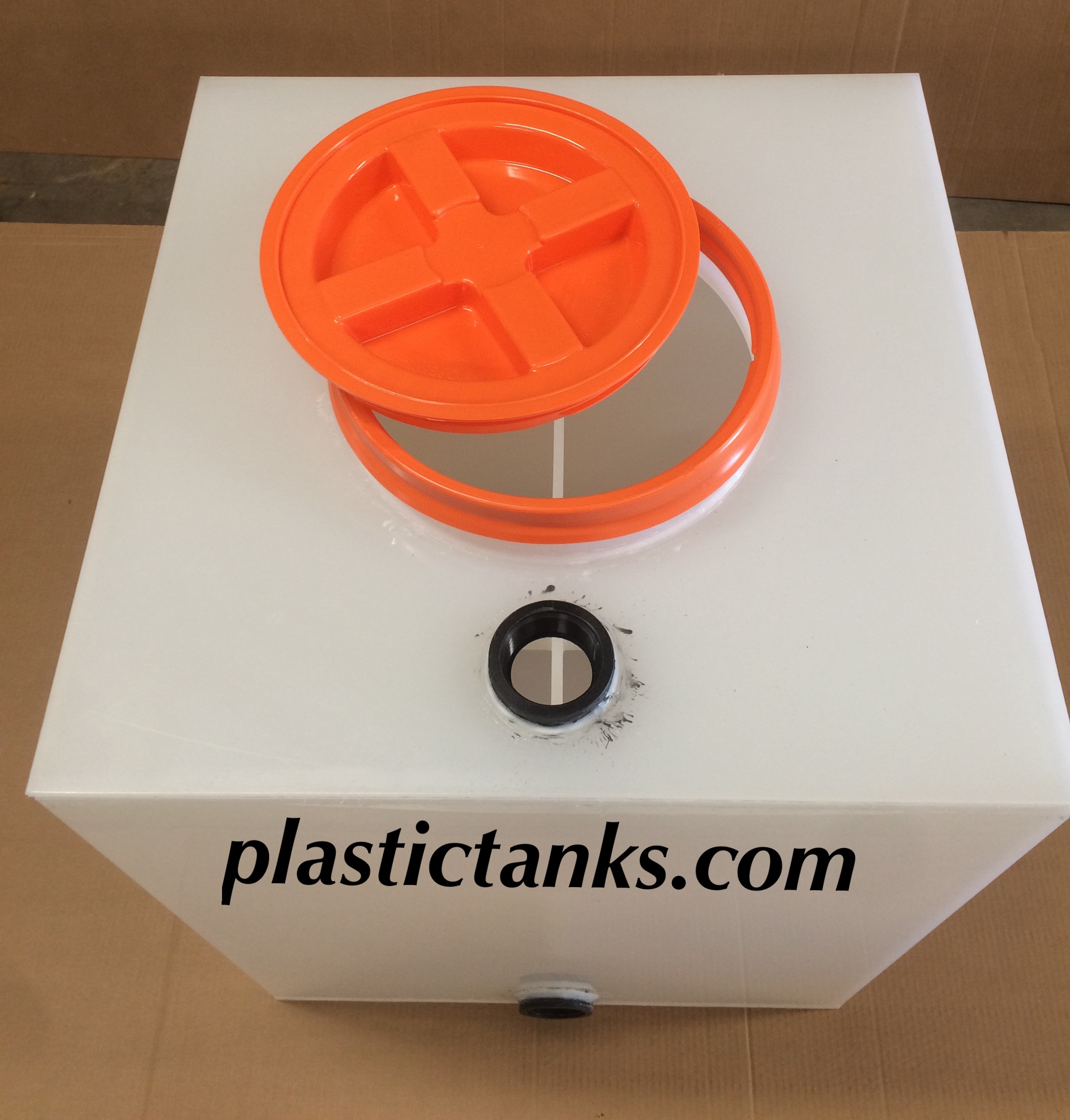 access lid for plastic polypro tank self contained